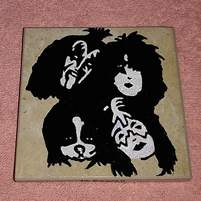 kiss painted on tile